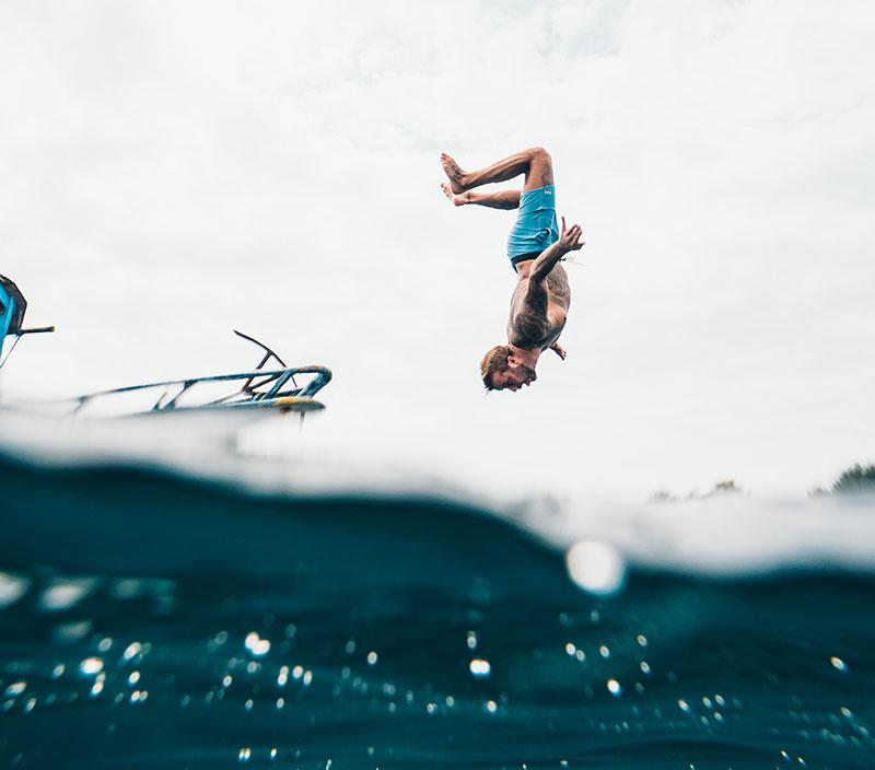 Surfeur mouvement en mer